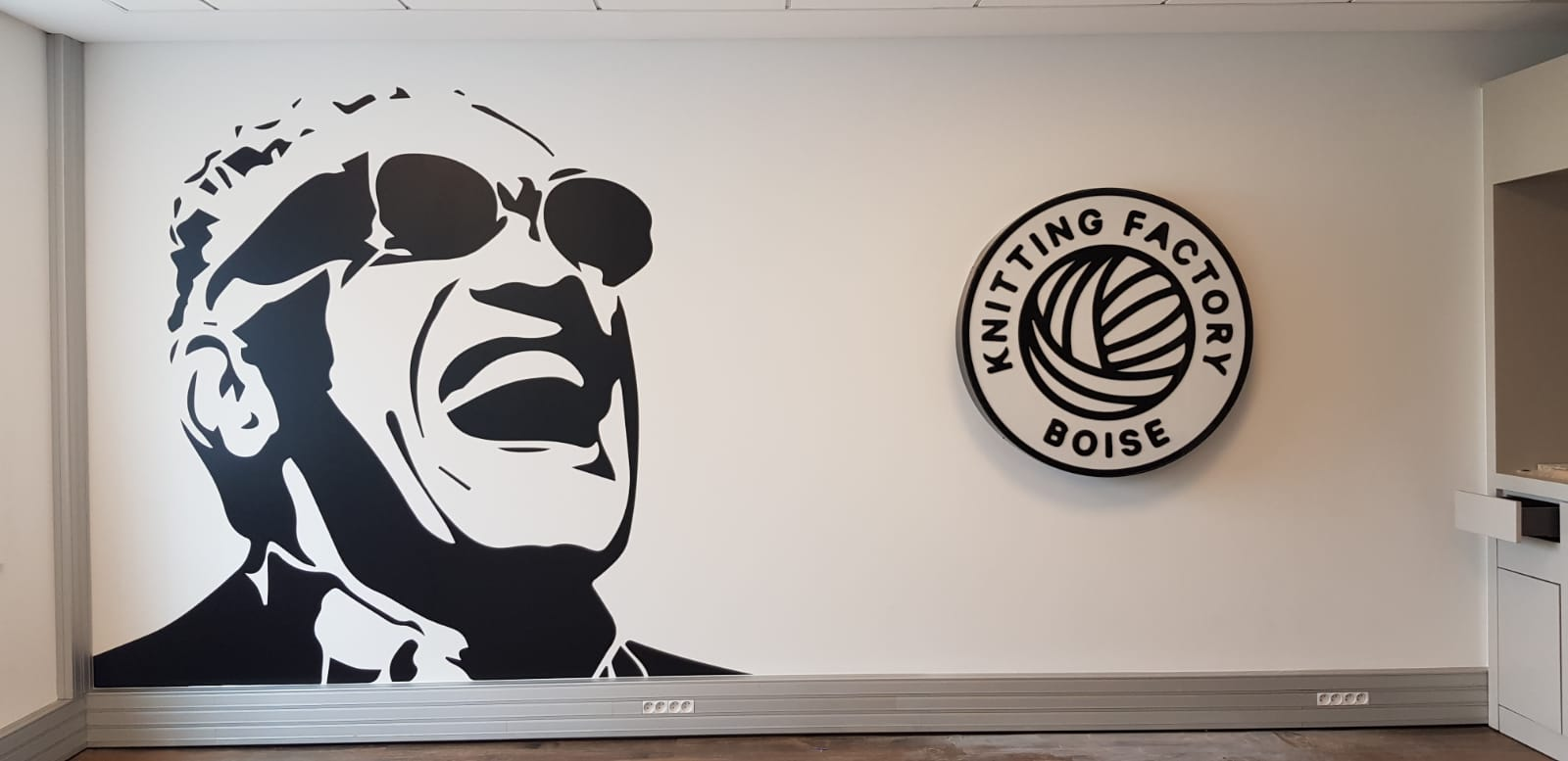 Décoration Murale bureaux avec stickers et logo 3D en noir et blanc