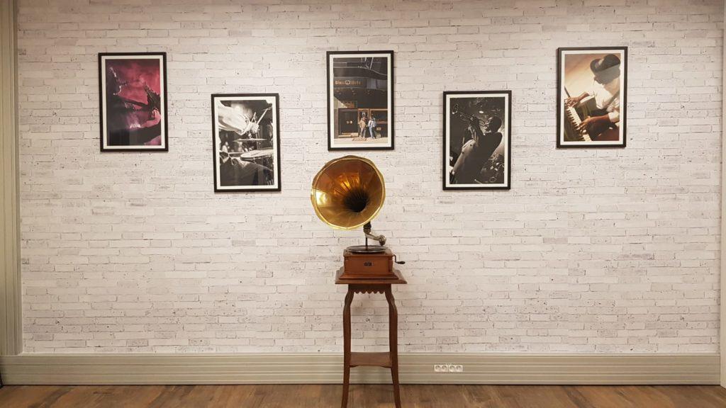 Décoration au thème jazz avec un graphophone et des cadres