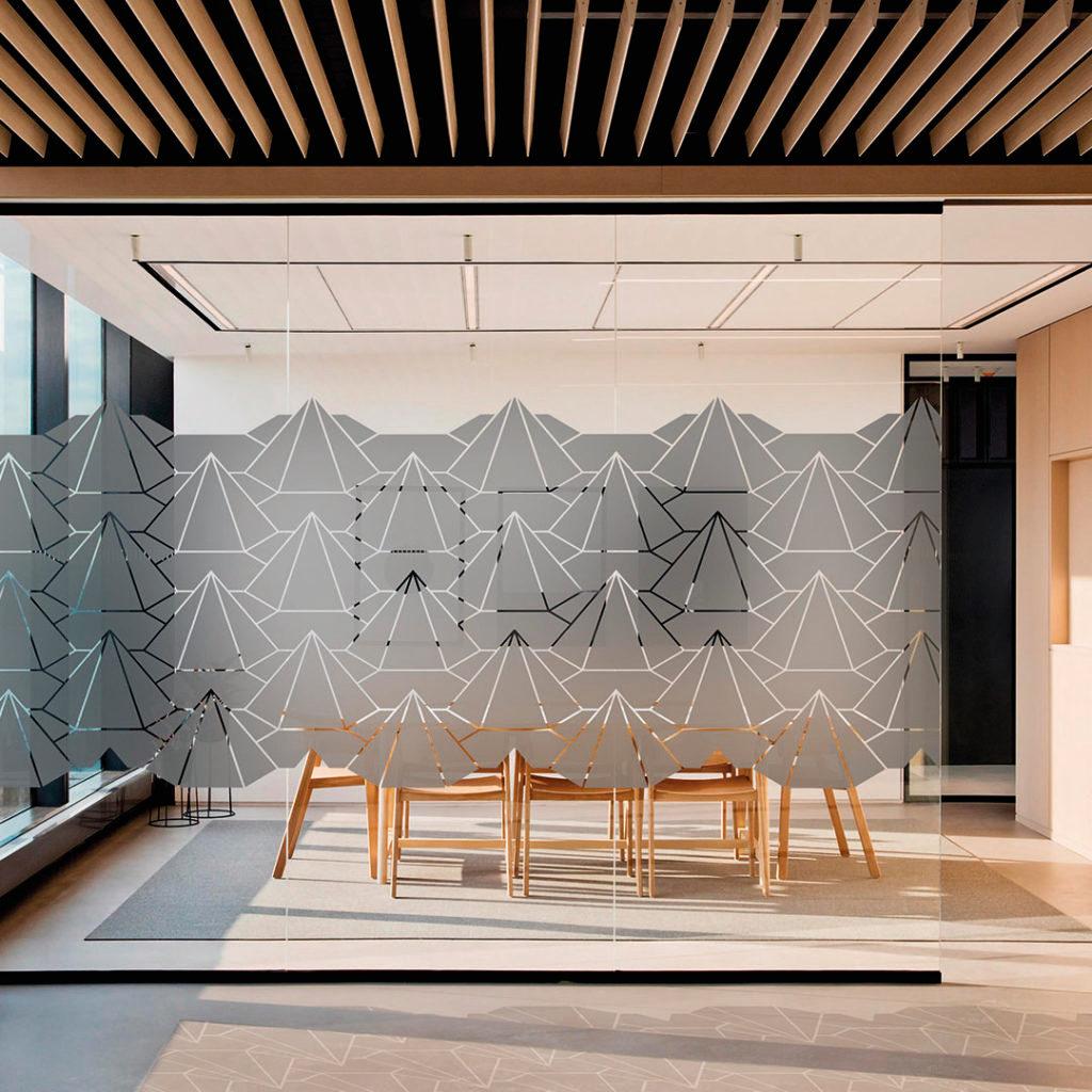 La vitrophanie design d'une salle de réunion à des adhésifs dépoli aux motifs triangulaires/montagnes