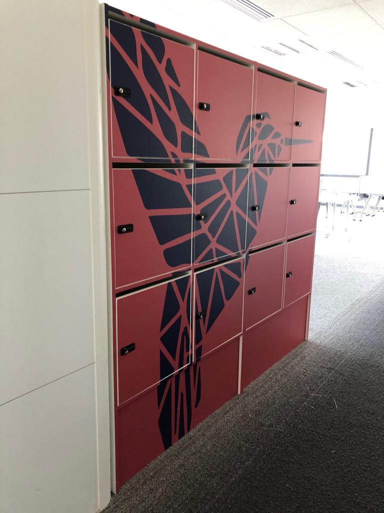 Décoration de bureaux avec adhésif sur casiers d'un oiseau graphique au thème tropical