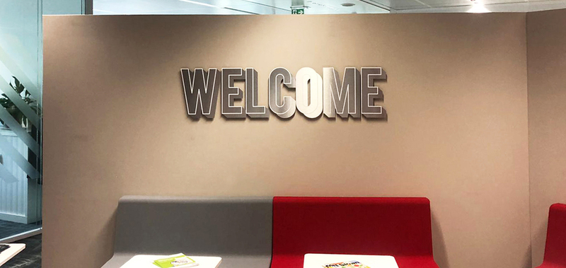 Logo mural en aluminium dibond du mot welcome