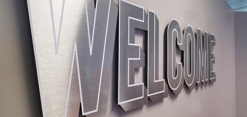 vue diagonale d'un lettrage aluminium mural avec liseré blanc du mot Welcome