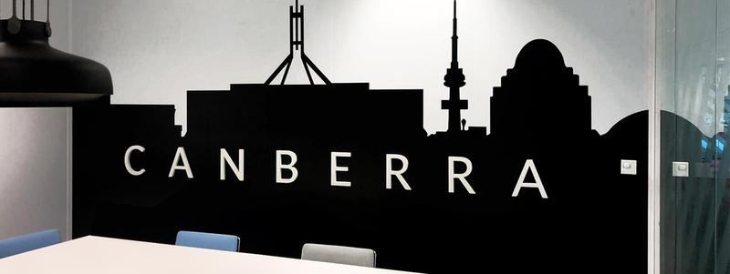 adhésif sticker d'une skyline de la ville de Canberra noire