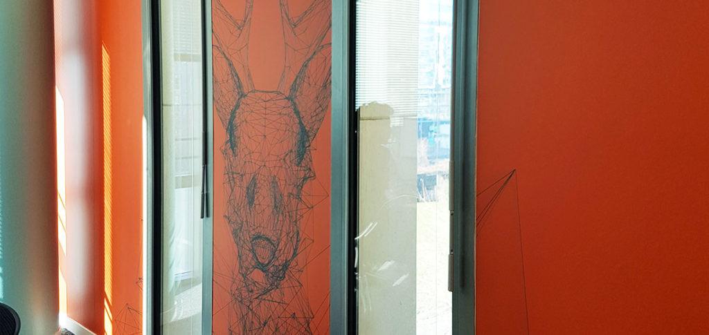 Décoration murale pour bureaux avec cerf en lines drawing et peinture
