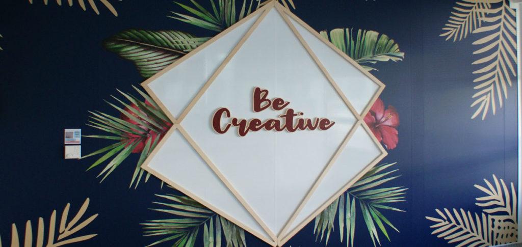 Décoration murale avec design et lettrage 3D et impression tropical