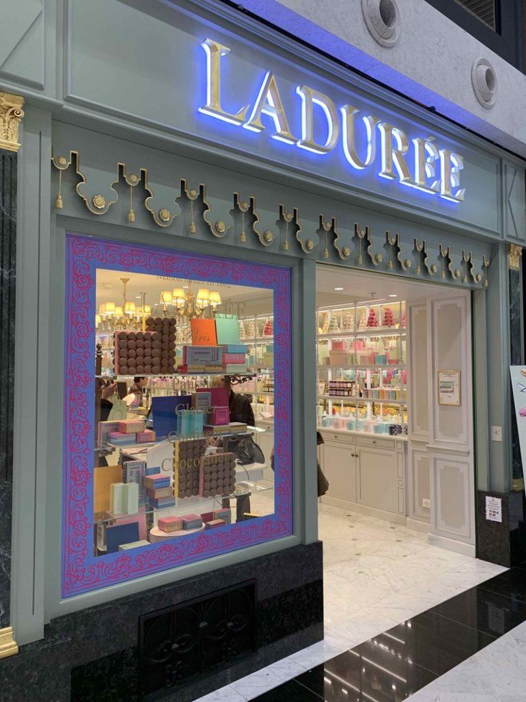 décoration d'une vitrine Ladurée avec des adhésifs design et colorés