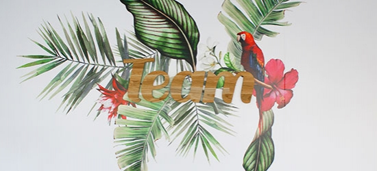 Décoration murale avec logo 3D en bois et stickers au thème tropical