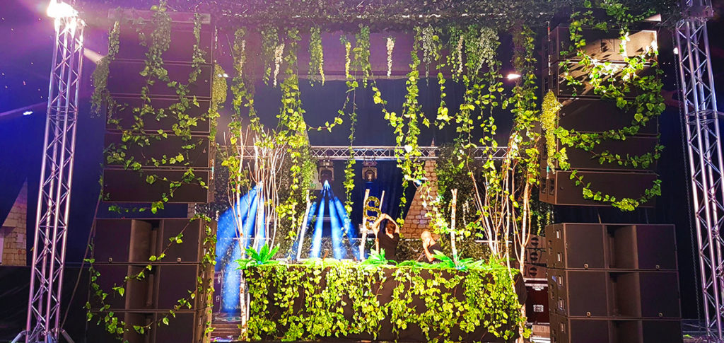 Décoration d'une scène de spectacle en végétaux