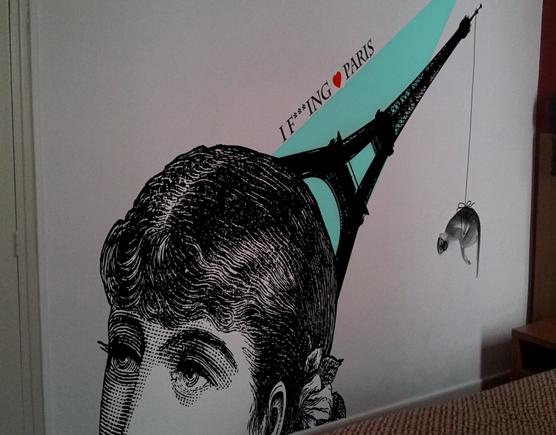 Décoration murale pour hotel avec stickers au thème Paris