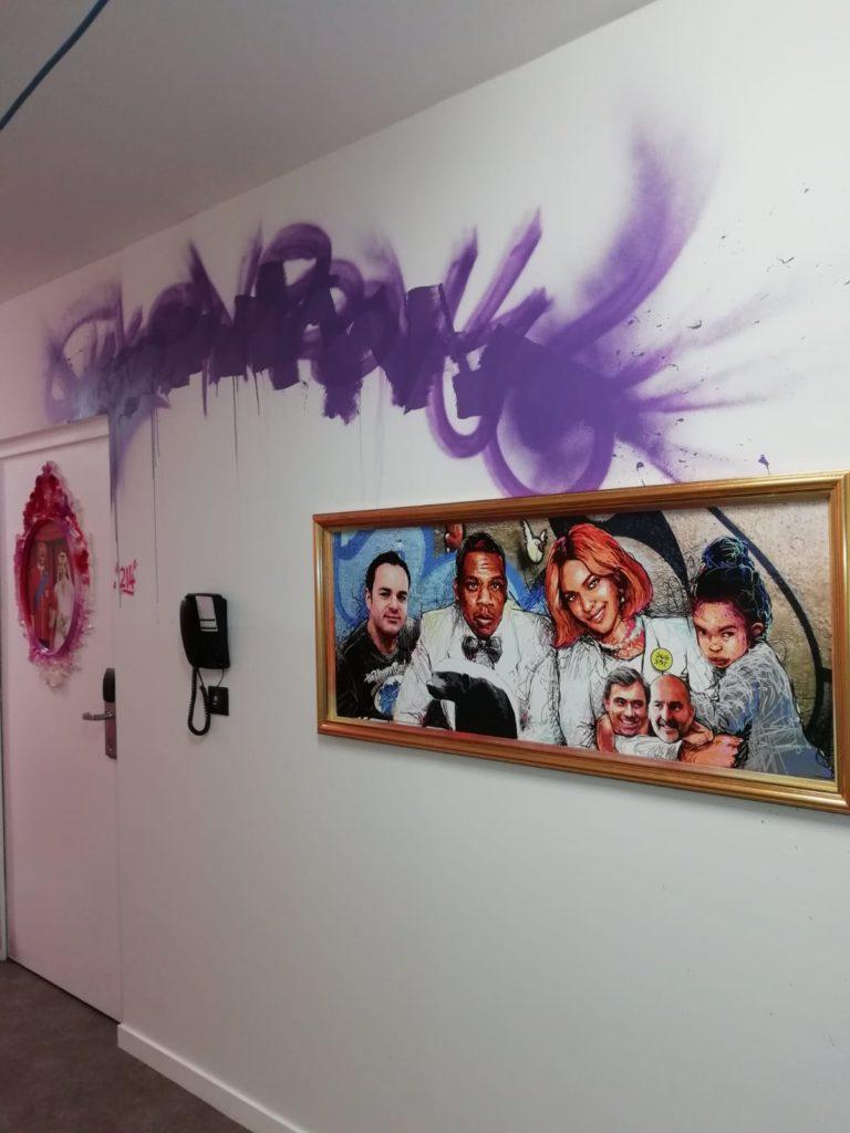 Décoration murale pour hotel avec cadres au thème Paris
