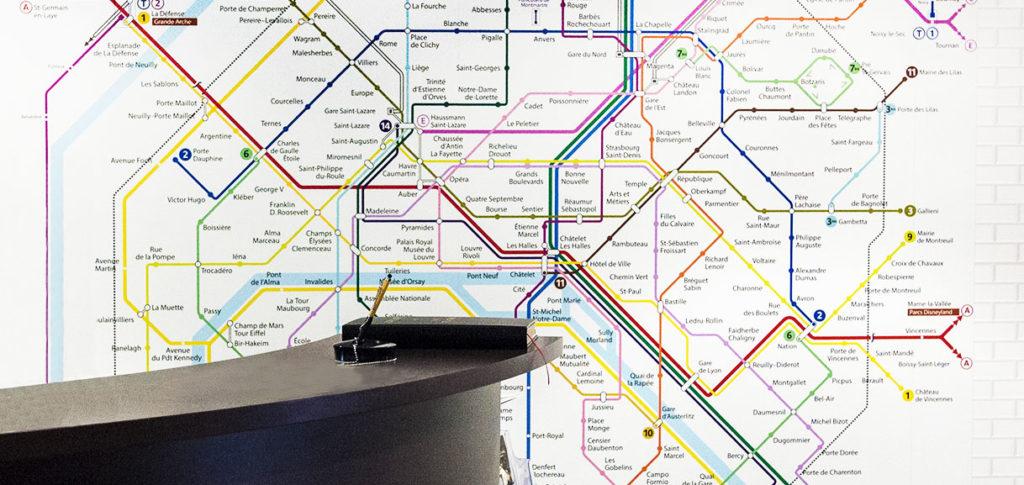 Décoration murale avec motif plan métro parisien