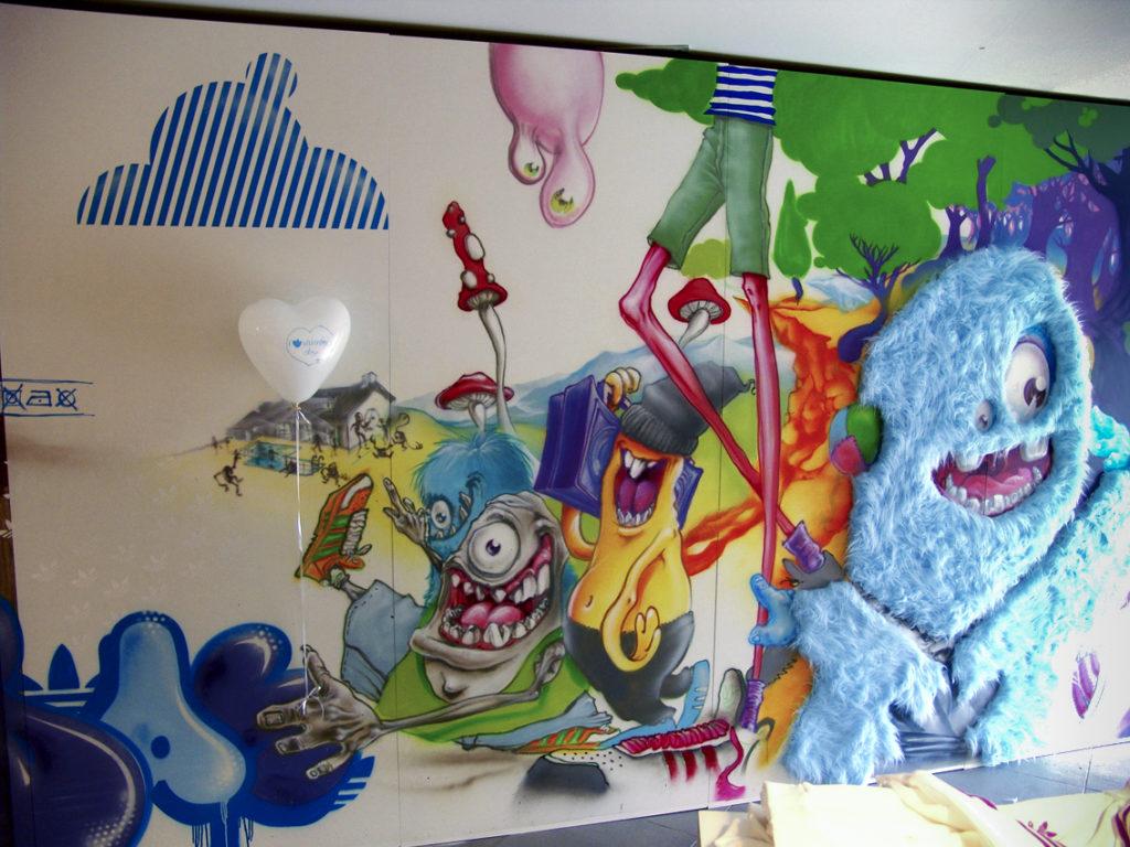 Décoration murale avec personnages imaginaires et relief