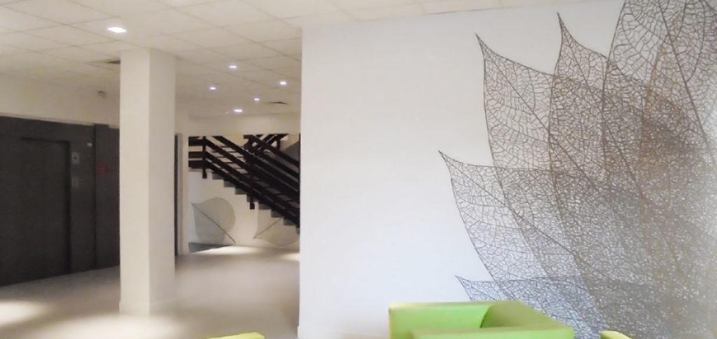 Décoration murale avec un feuillage design sur la moitié de la paroi