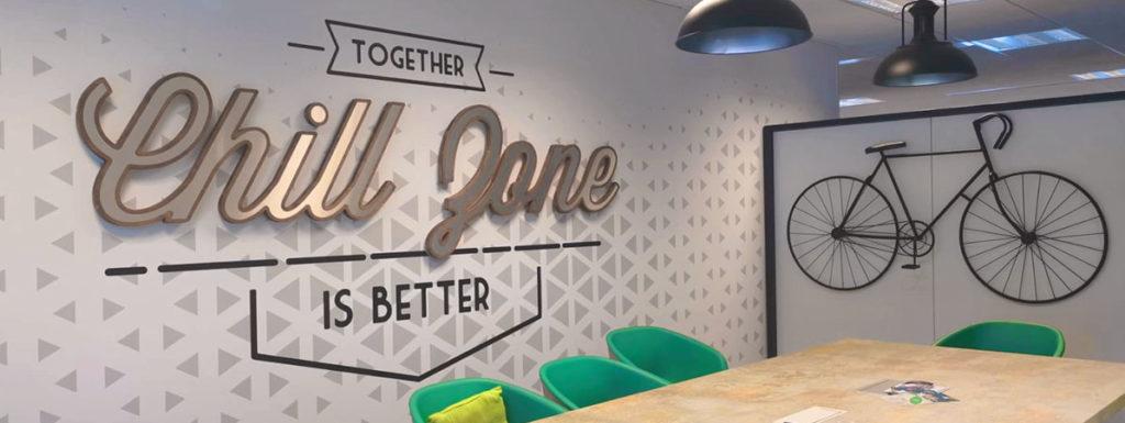 Décoration murale logo 3D en bois et stickers au thème art déco